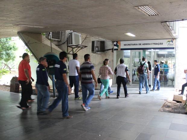 Servidores foram até a secretaria cobrar volta de gratificações (Foto: Gustavo Almeida/G1)