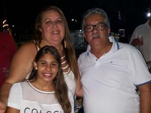 Victória ao lado dos pais em Ituberá, na Bahia (Foto: Fátima Cabral / Arquivo Pessoal)