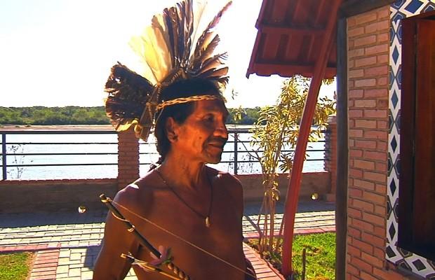 Cacique Karajá ensina aos demais integrantes a tribo a importância do Araguaia (Foto: Reprodução/TV Anhanguera)
