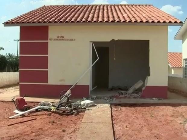 Após atropelar jovem, carro invadiu esta casa (Foto: Reprodução / TV TEM)