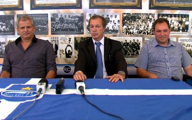 Técnico Fahel Júnior junto com o presidente Luis Balbo e o diretor de futebol Roque Francischinelli Júnior (Foto: Felipe Lazzarotto / EPTV)