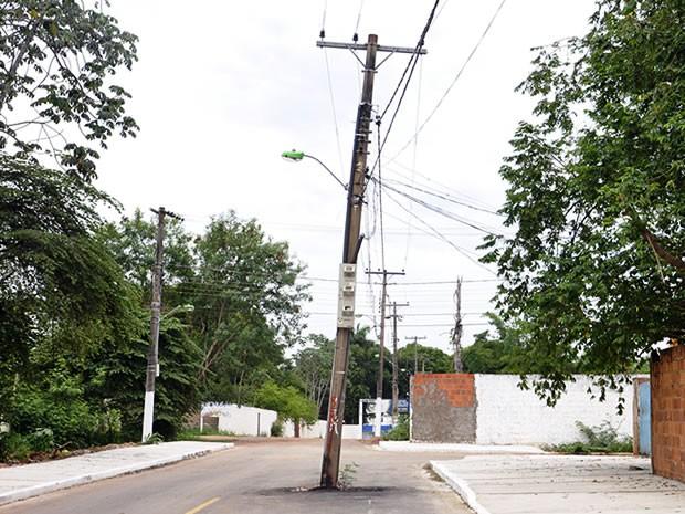 Poste fica no meio de rua no bairro Praeirinho, em Cuiabá (Foto: Pollyana Araújo/ G1)