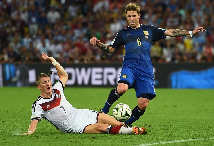 Lucas Biglia durante jogada com Schweinsteiger no Maracanã (Foto: Divulgação  )