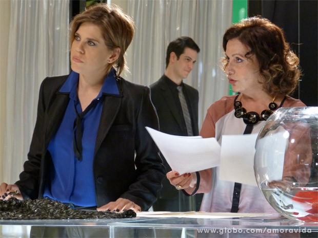 Edith fica desconfiada (Foto: Amor à Vida / TV Globo)