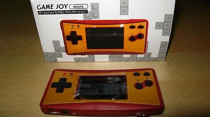 O Game Joy Micro copiava até mesmo as cores comemorativas do aniversário do Famicom da Nintendo (Foto: Reprodução/TecheBlog)