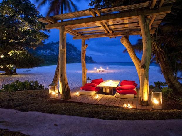 Mesa para jantar privativo na área principal do hotel (Foto: Andrew Howard//Wilderness Safaris/Divulgação)