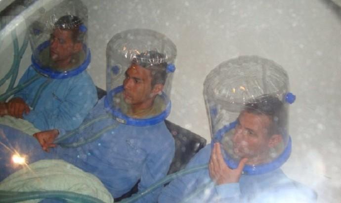 Jogadores da seleção boliviana em câmara hiperbárica (Foto: Reprodução)
