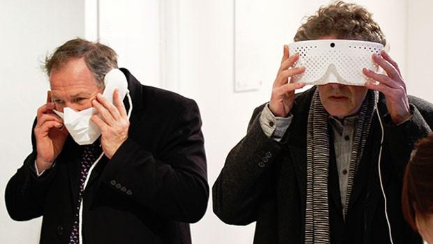 As máscaras Eidos são duas peças experimentais que permitem ajustar a visão e audição do usuário (Foto: Tim Bouckley/Divulgação)