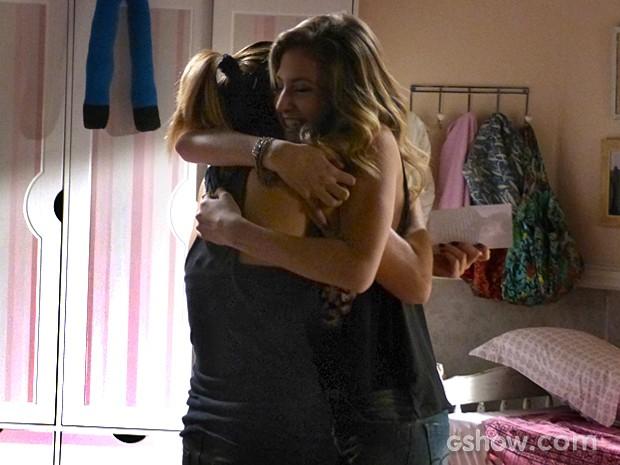 Anita e Sofia comemoram ao descobrirem que Caetano está vivo (Foto: Malhação / TV Globo)