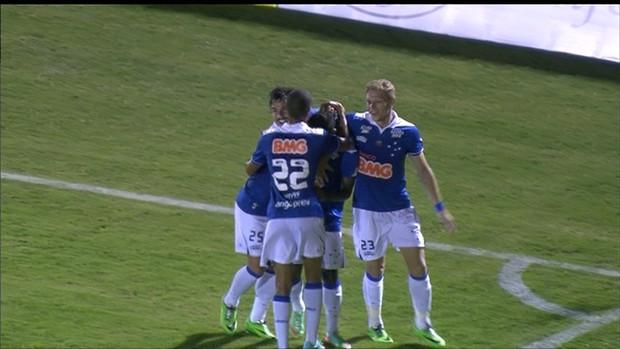 Jogadores do Cruzeiro comemoram vitória (Foto: Reprodução / Premiere FC)