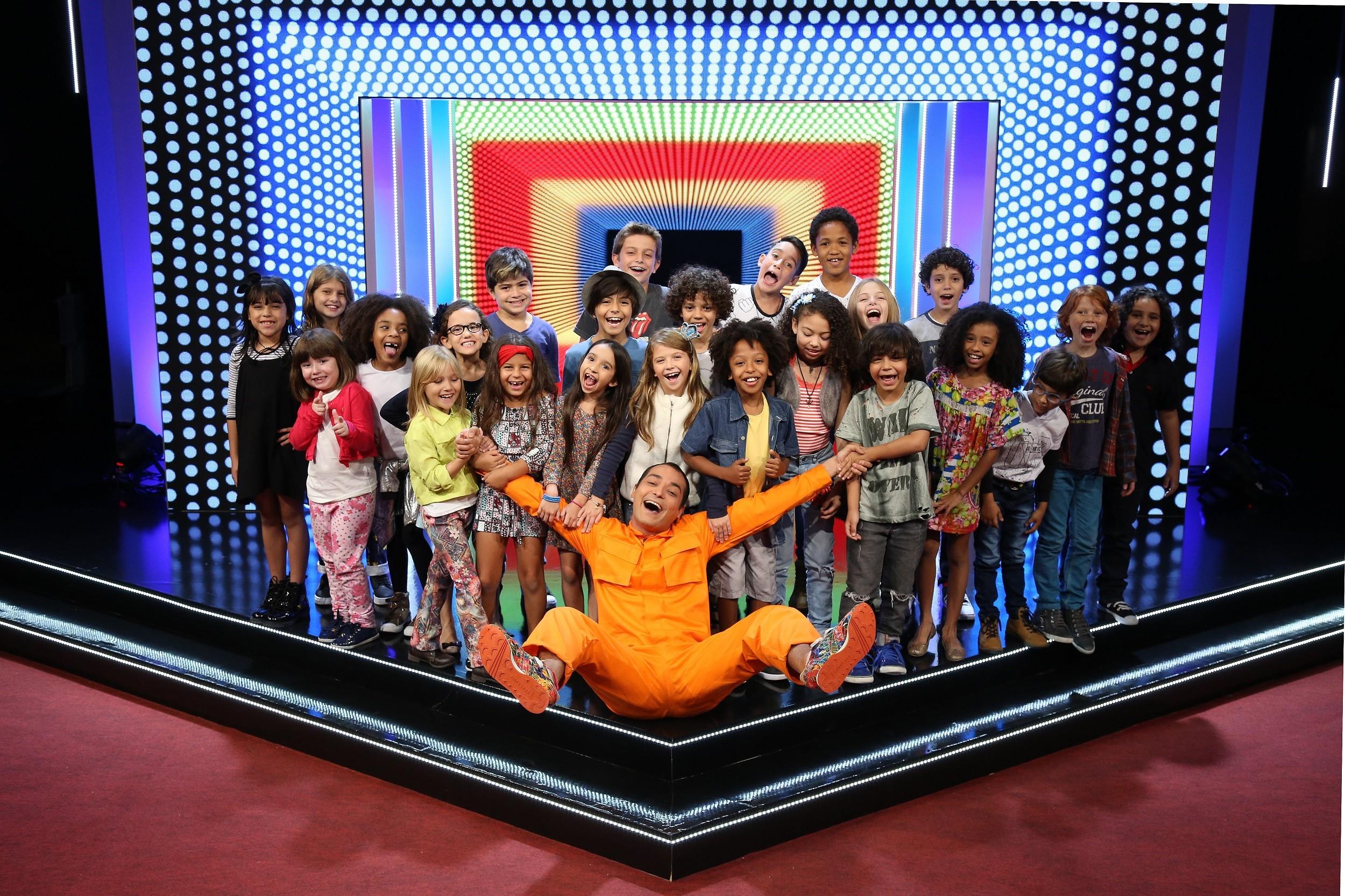 Eduardo Sterblitch com as crianças no set de 'Humoristinhas' (Foto: Edu Viana/Divulgação Multishow)