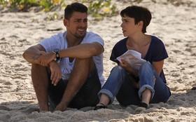 Cauã Reymond e Débora Falabella gravam cena em praia do Rio