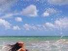 Daniele Suzuki posa de biquíni no mar