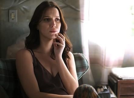 Júlia desconfia de Lorena e esconde a verdade da irmã