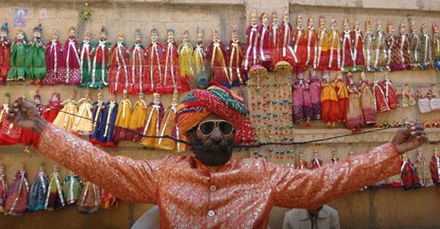 Dhanna Ram exibe seu bigode de 1,37 metro em Rajasthan (Foto: Pawan Kumar/Reuters)