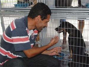 Cadela ganhou novo dono durante exposição (Foto: Mazinho Gomes/Secom-JP)