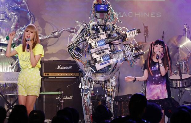 O guitarrista Mach, da banda Z-Machines, toca ao lado da dupla de pop japonesa Amoyamo (Foto: Toru Hanai/Reuters)