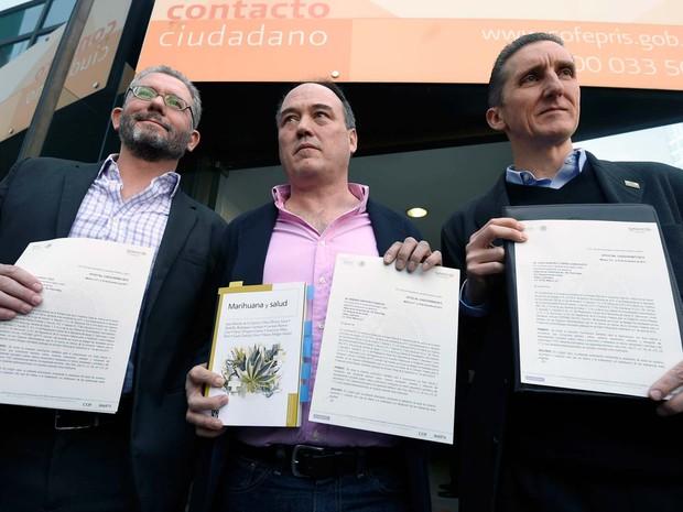 Membros da ONG SMART mostram proteção legal que receberam para o uso recreativo de maconha na Cidade do México  (Foto: AFP PHOTO / ALFREDO ESTRELLA)