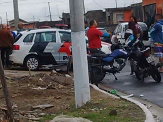 Polícia Militar foi acionada e encontrou recado escrito ao lado do corpo em Praia Grande (Foto: G1)