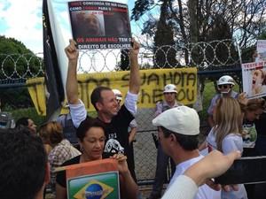 Manifestantes estão em frente ao laboratório (Foto: Jéssica Pereira/ Arquivo Pessoal)