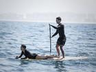 Sophie Charlotte e Daniel de Oliveira se divertem em cena com stand up paddle