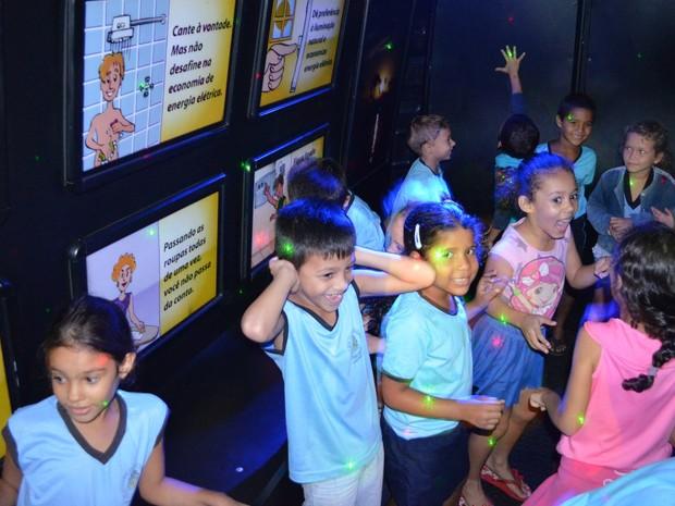 Crianças encontraram paineis luminosos no interior do veículo, com instruções sobre economia de energia (Foto: Magda Oliveira/G1)