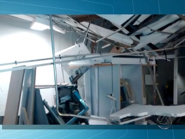 Teto de banco desabou com a explosão (Foto: Reprodução/ TV Morena)