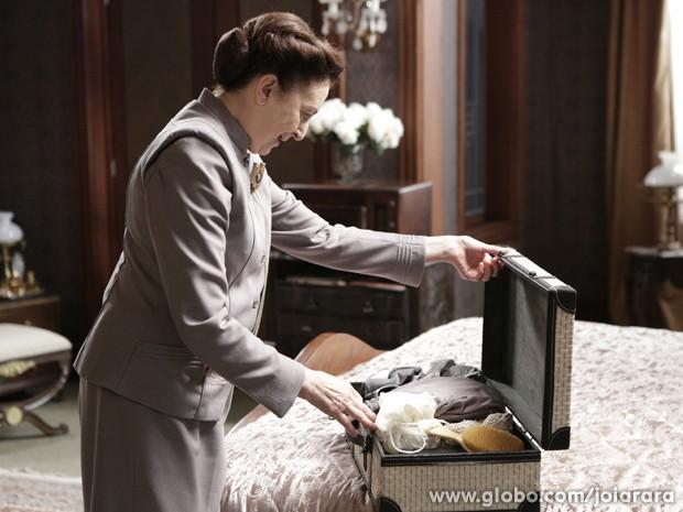 Gertrude encontra mala de Iolanda debaixo da cama (Foto: Fábio Rocha/ TV Globo)