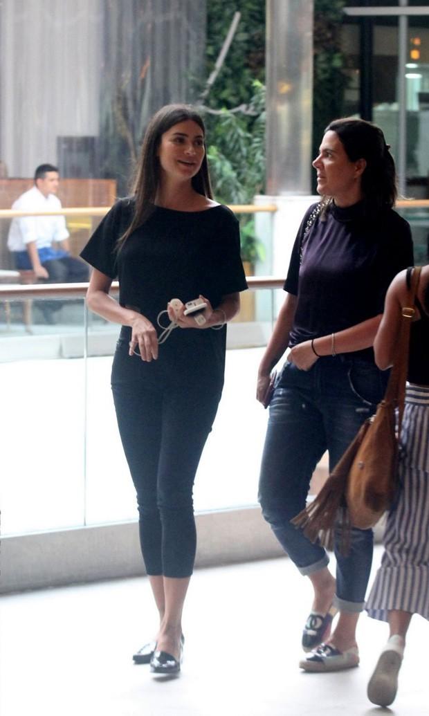 Thaila Ayala almoça com Carol Sampaio em shopping (Foto: Daniel Delmiro/AgNews)