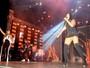 Simaria, da dupla com Simone, usa look curto e mostra demais em show