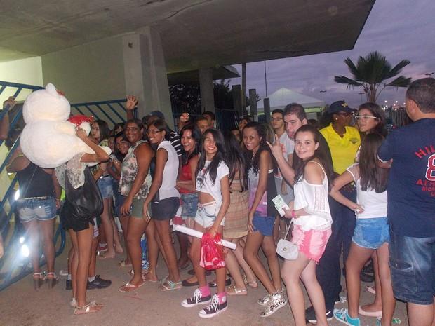 Fãs de Luan Santana lotam portões de entrada do Festival (Foto: Henrique Mendes/G1)