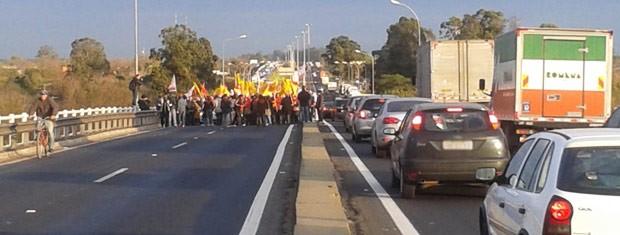 Trânsito começou a ser liberado após cerca de uma hora de bloqueio (Foto: Leonardo Ferreira/RBS TV)