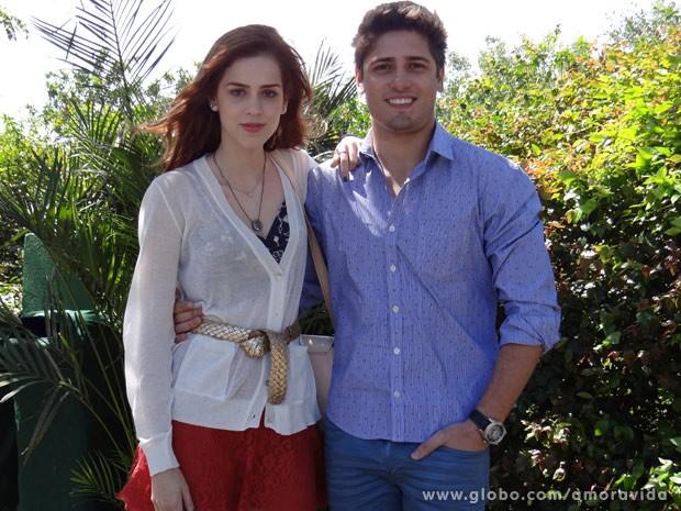 Sophia Abrahão e Daniel Rocha posam no intervalo das cenas (Foto: Amor à Vida/TV Globo)