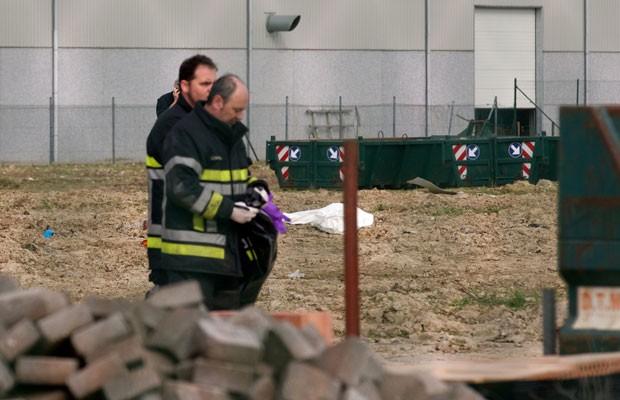 Equipes de emergência removem evidências em local onde arma da Primeira Guerra Mundial explodiu na Bélgica nesta quarta-feira (19), matando duas pessoas (Foto: Kurt Desplenter/AP)