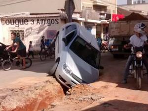 Carro teria desrespeitado sinalização e caído no buraco (Foto: Gustavo Henrique/Arquivo Pessoal)