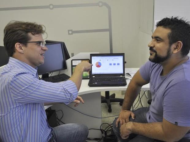Delegado Iasley Almeida e professor Adriano Santos trabalharam juntos no desenvolvimento do aplicativo (Foto: Fernanda Moura / Ascom Facisa)