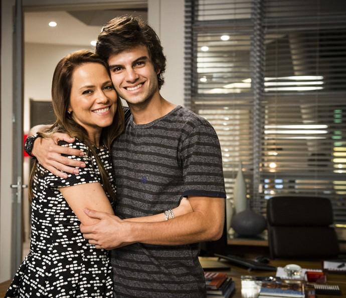 Vivianne Pasmanter posa com Daniel Blanco, o Fabinho, seu filho em 'Totalmente Demais' (Foto: TV Globo / João Miguel Júnior)