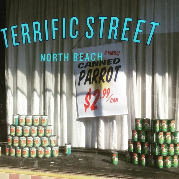 Loja de San Francisco exibiu latas do produto na vitrine (Foto: Reprodução/ Instagram/colby_versacrumdesign)