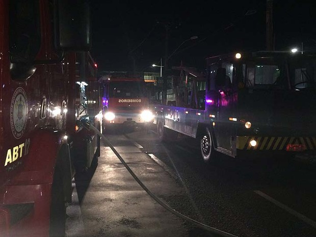 Corpo de Bombeiros foi acionado para apagar chamas de ônibus em Salvador (Foto: Giana Mattiazzi/Tv Bahia)