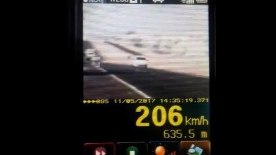 Carro é flagrado trafegando a 206 km/h em rodovia de Goiás