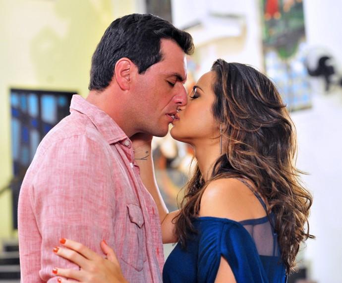 """Em Salve Jorge, romance entre Morena e Theu eram embalados por """"Essa Cara Sou Eu"""" (Foto: TV Globo/João Miguel Júnior)"""
