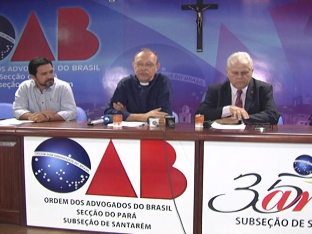 Durante coletiva bispo Dom Flávio repudiou a onda de violência (Foto: Reprodução/TV Tapajós)