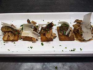 passo 5: montagem polenta frita; Receita d epolenta com ragu de peru e cogumelos (Foto: Amanda Monteiro/ G1 ES)