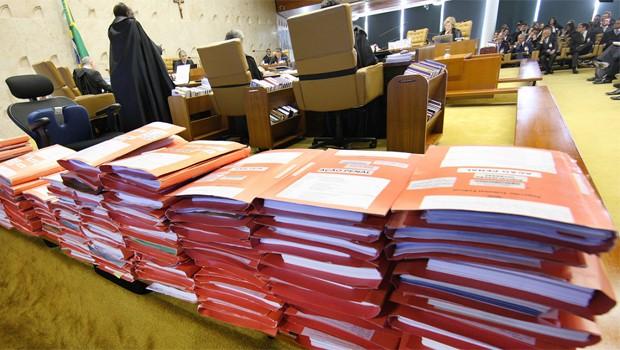 Pastas do processo do mensalão empilhadas no plenário do Supremo Tribunal Federal (Foto: Nelson Jr. / STF)