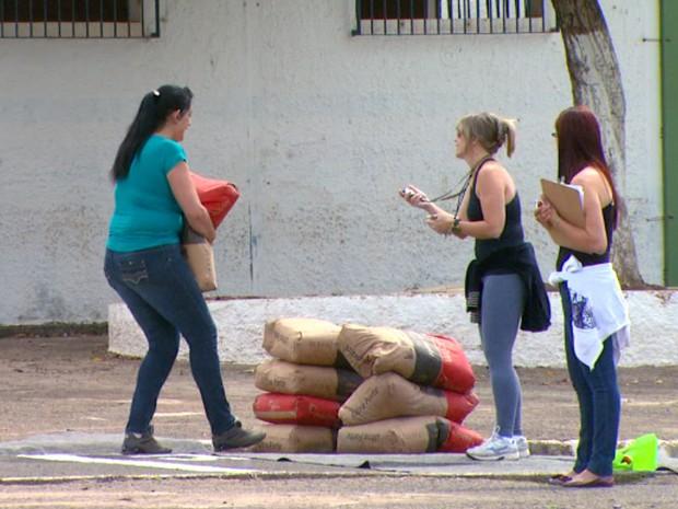 Mulheres passaram mal após carregar saco de cimento de 50 kg por 60 metros (Foto: Wilson Aiello/EPTV)
