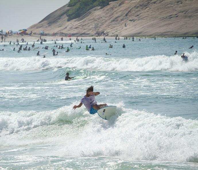 Brenno pega onda na Praia da Macumba (Foto: Fabiano Bataglin/Gshow)