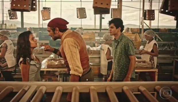 Lucas Veloso em cena de Velho Chico com Domingos Montagner e Giulia Buscacio (Foto: Reprodução/Globo)