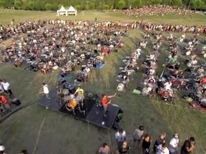 Mil fãs de Foo Fighters tocam 'Learn to fly' na Itália para pedir show da banda (Foto: Reprodução / YouTube)