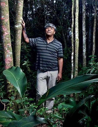 NA SELVA Kaká Werá no instituto Arapoty, em Itapecerica da Serra. Em meio à mata, ele ensina a cultura indígena aos jovens (Foto: Arquivo pessoal)