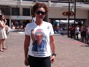 Lucimara dos Santos pede que a morte de seu filho seja investigada (Foto: Cristina Requena/G1)